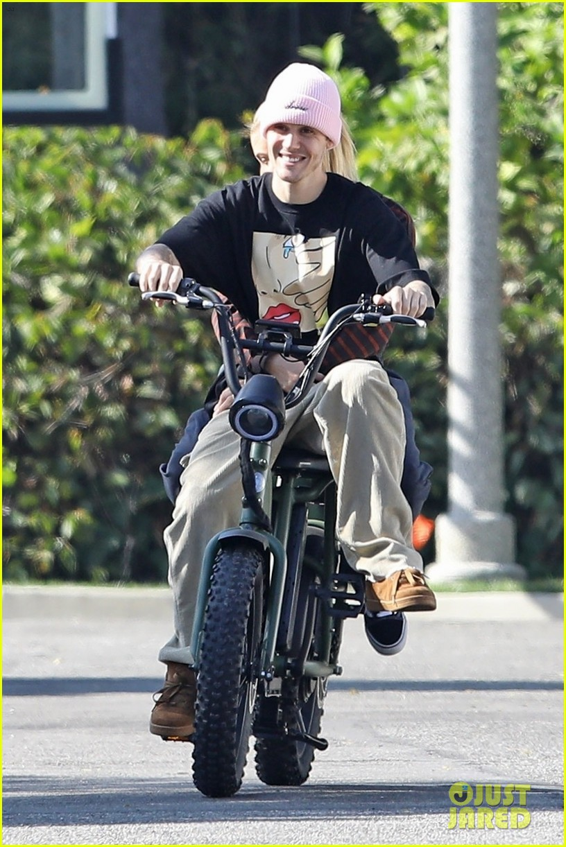 Justin Bieber Hops On A Unicycle & A Bike With Wife Hailey  | justin hailey bieber bike around the neighborhood 01 - Photo