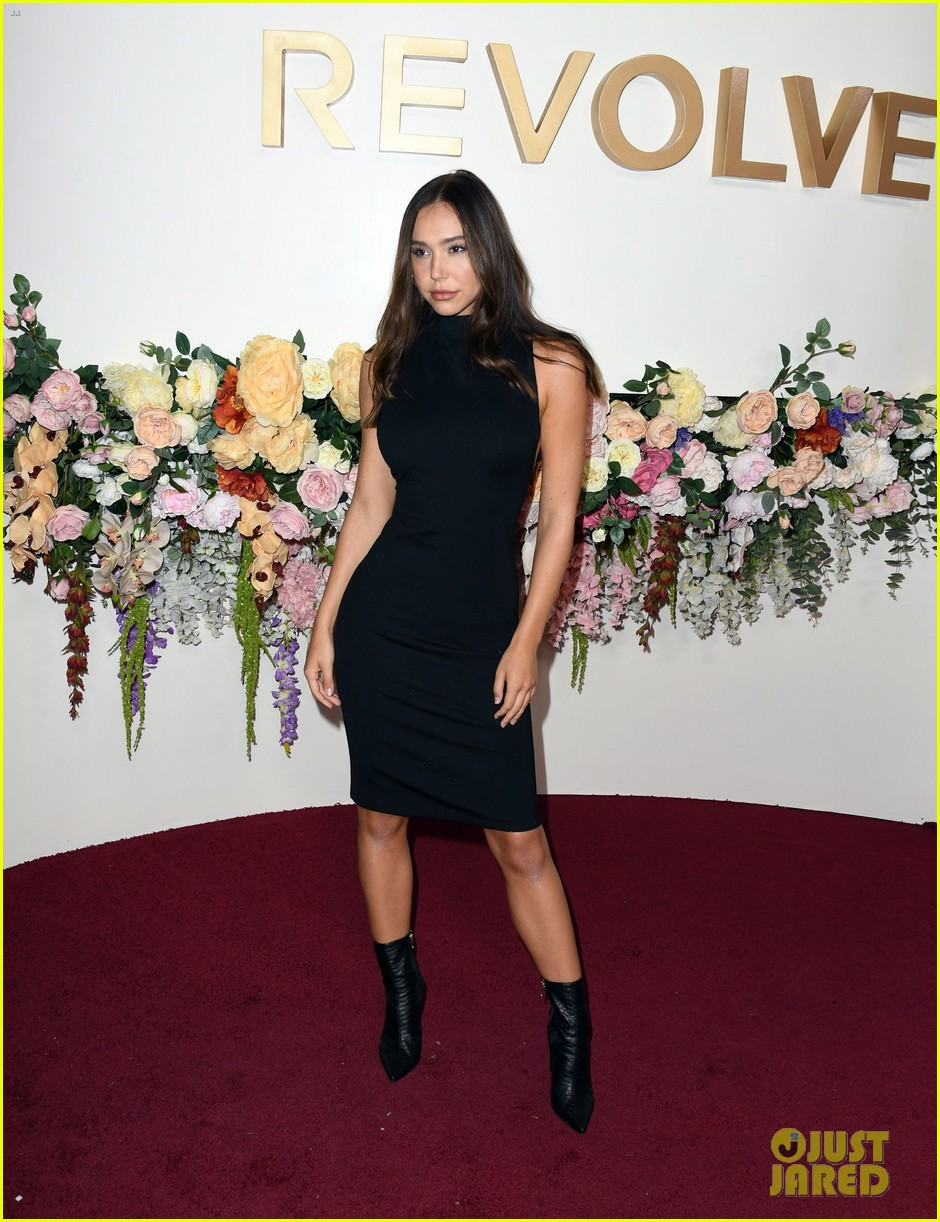 madison pettis straightens her hair for revolve awards 04