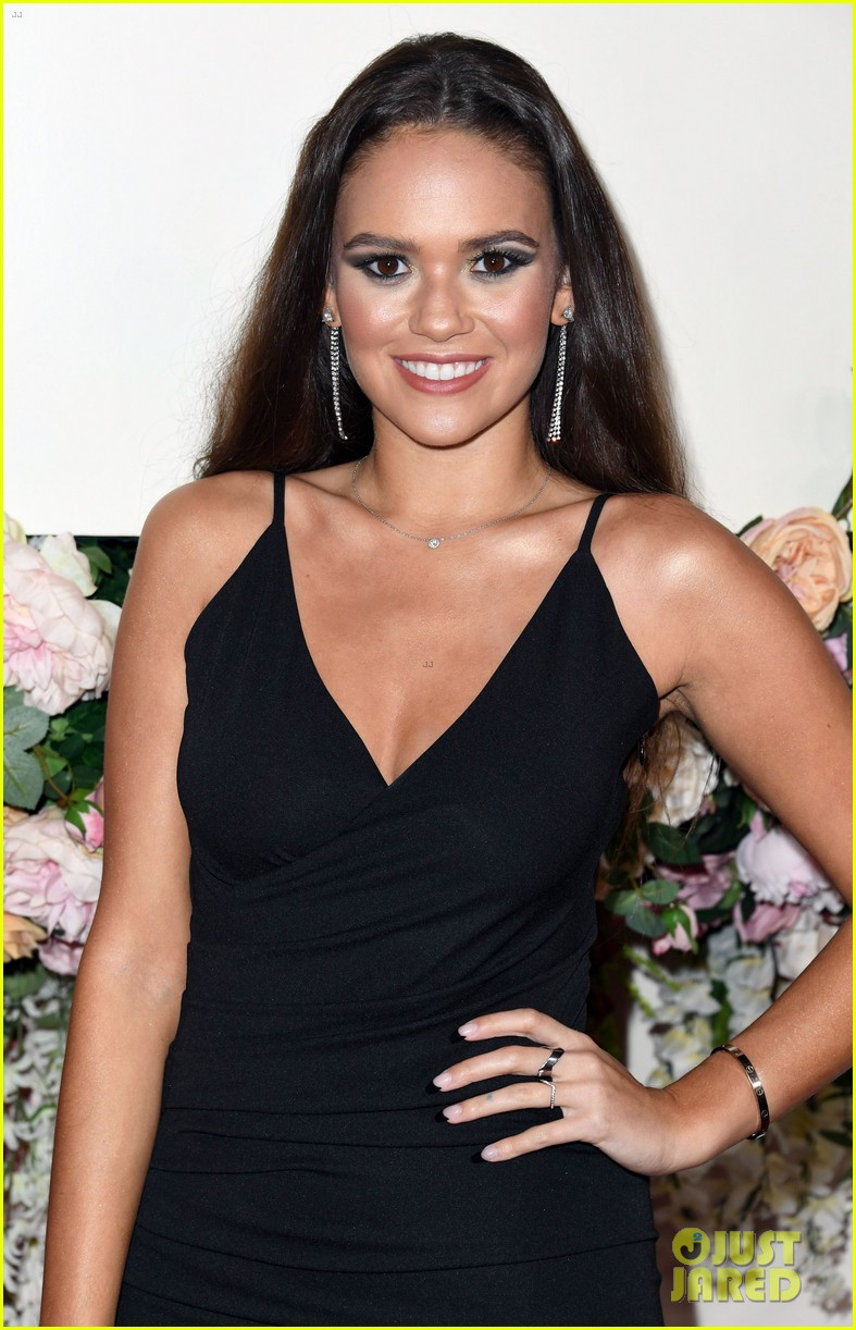 madison pettis straightens her hair for revolve awards 07