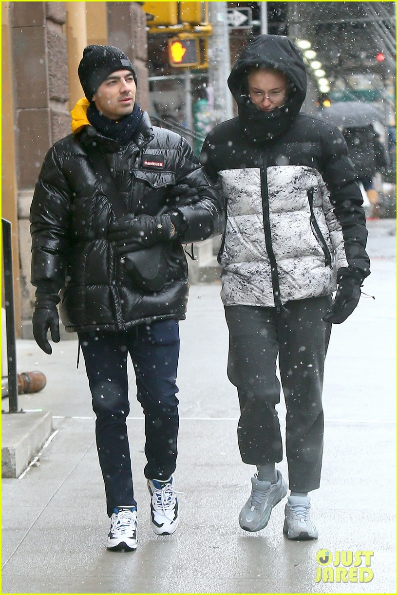 joe jonas sophie turner snow storm nyc 05