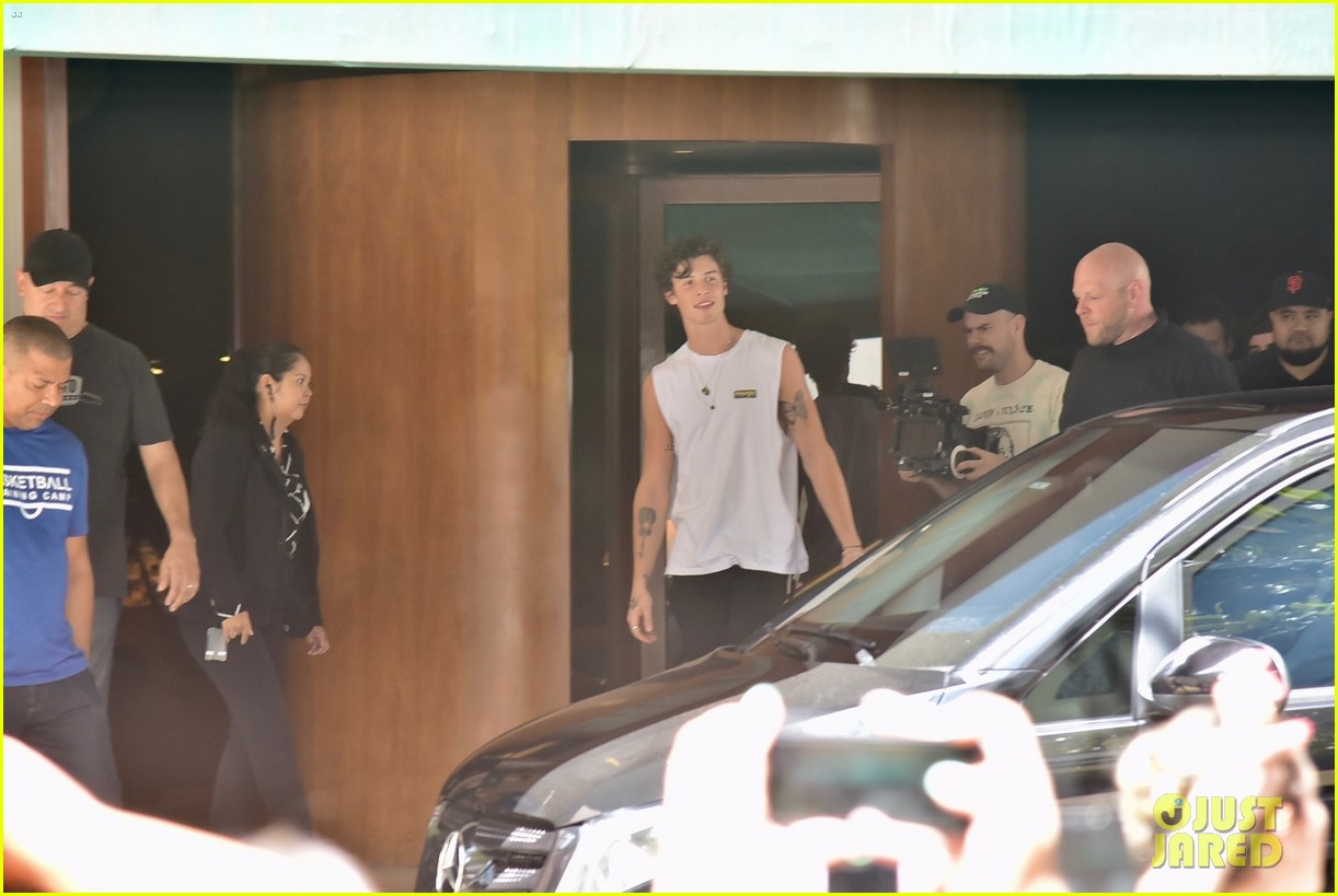 shawn mendes greets fans after cancelling brazil concert 04