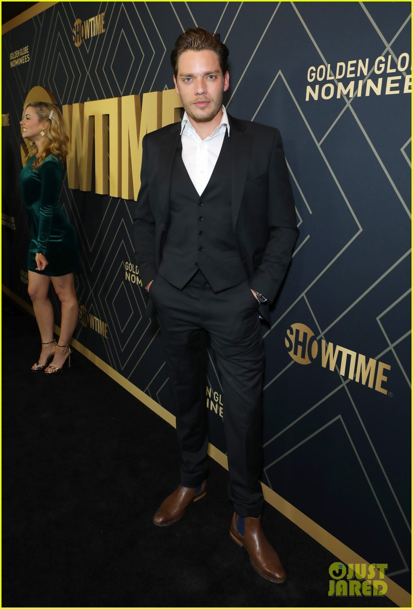 dominic sherwood attends showtime pre golden globes event with molly burnett 04