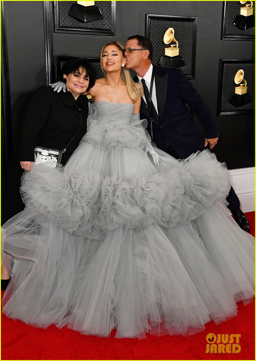 ariana grande has a princess moment on grammys 2020 red carpet photo 1285024 2020 grammys ariana grande edward butera grammys joan grande pictures just jared jr just jared jr