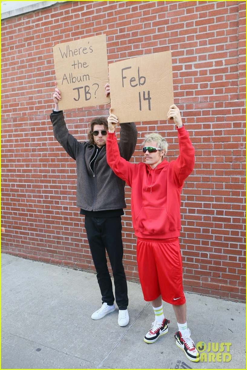 justin bieber with dude with sign 01