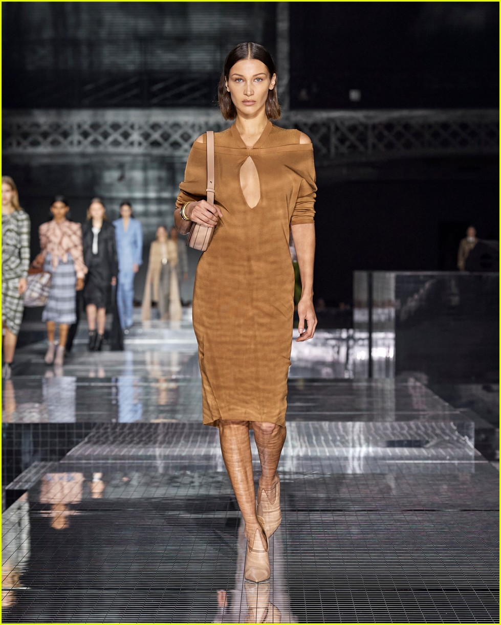 burberry fashion show london 01