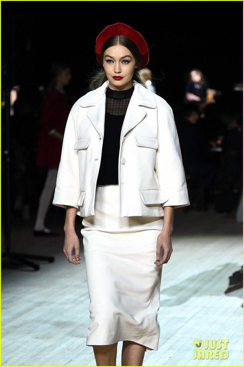 miley cyrus shows off rocking body walking in marc jacobs nyfw 02