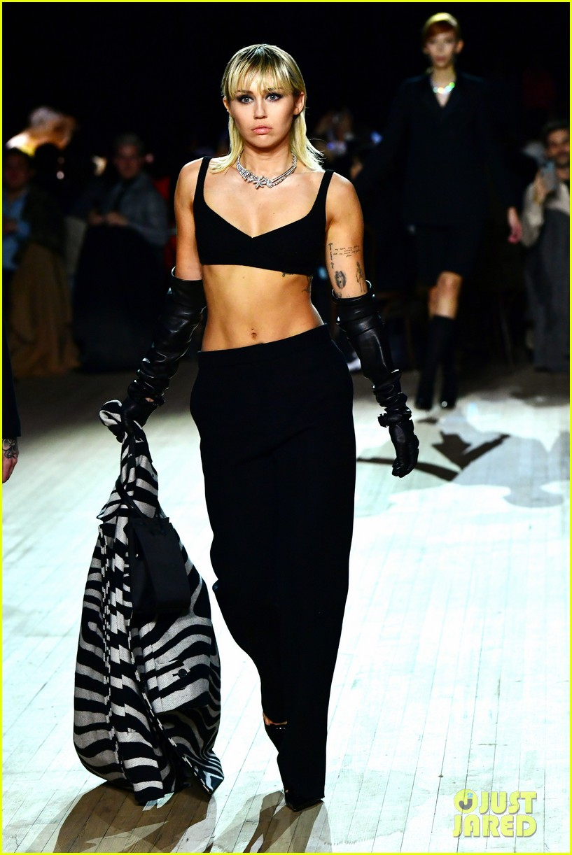 miley cyrus shows off rocking body walking in marc jacobs nyfw 03