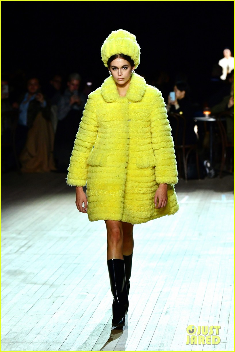 miley cyrus shows off rocking body walking in marc jacobs nyfw 09