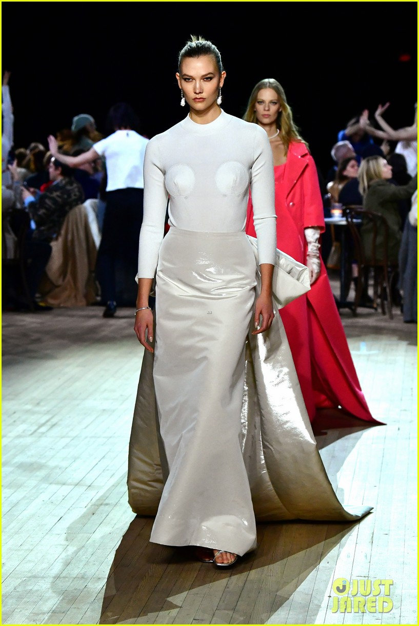 miley cyrus shows off rocking body walking in marc jacobs nyfw 10