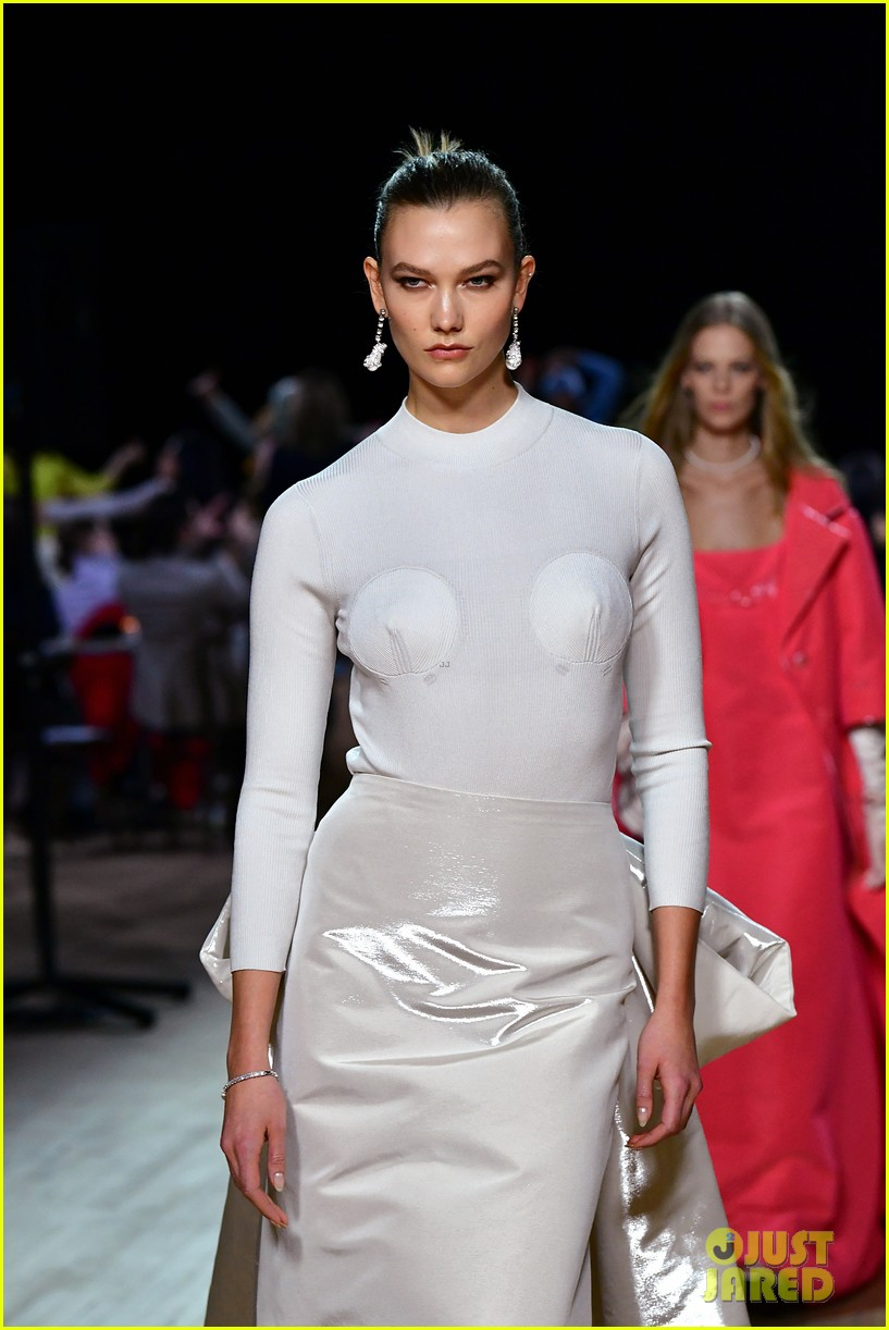 miley cyrus shows off rocking body walking in marc jacobs nyfw 11