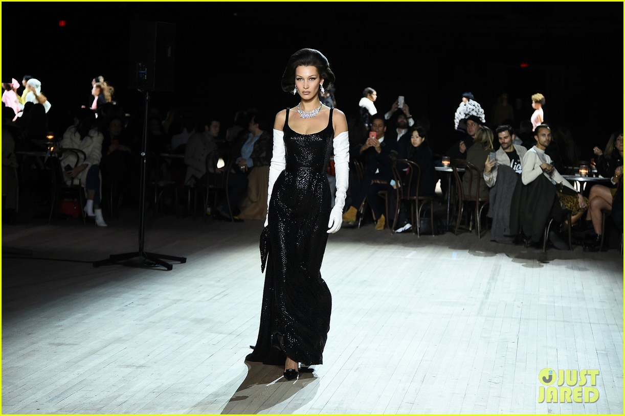 miley cyrus shows off rocking body walking in marc jacobs nyfw 12