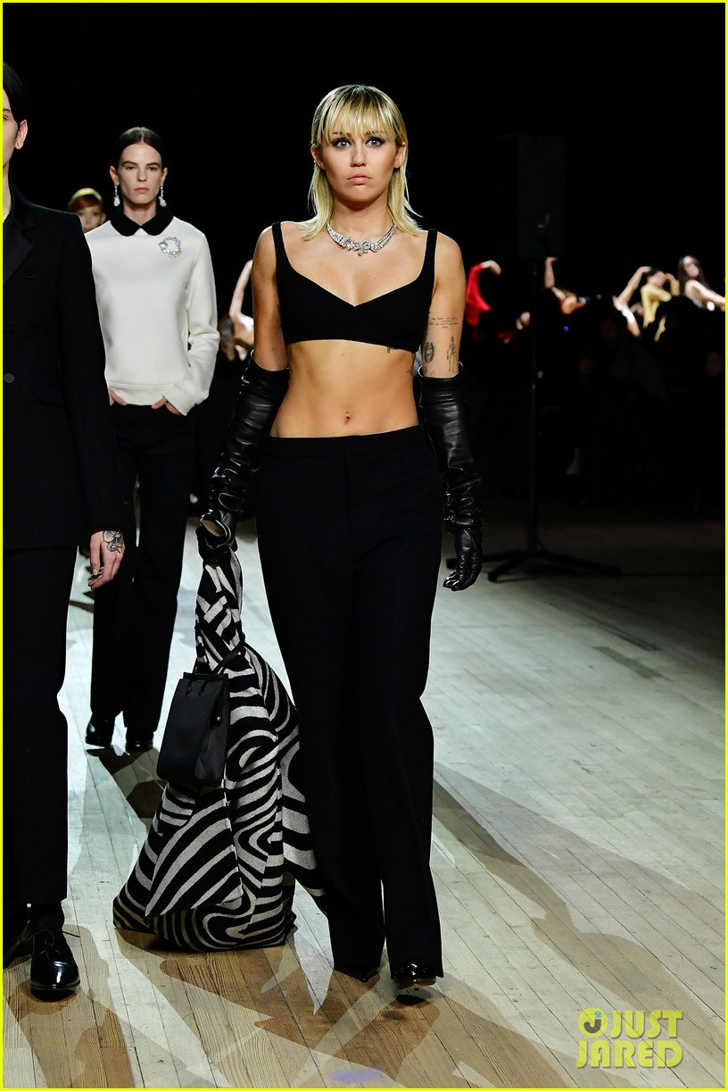 miley cyrus shows off rocking body walking in marc jacobs nyfw 13