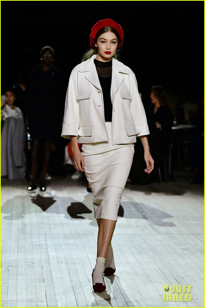 miley cyrus shows off rocking body walking in marc jacobs nyfw 14