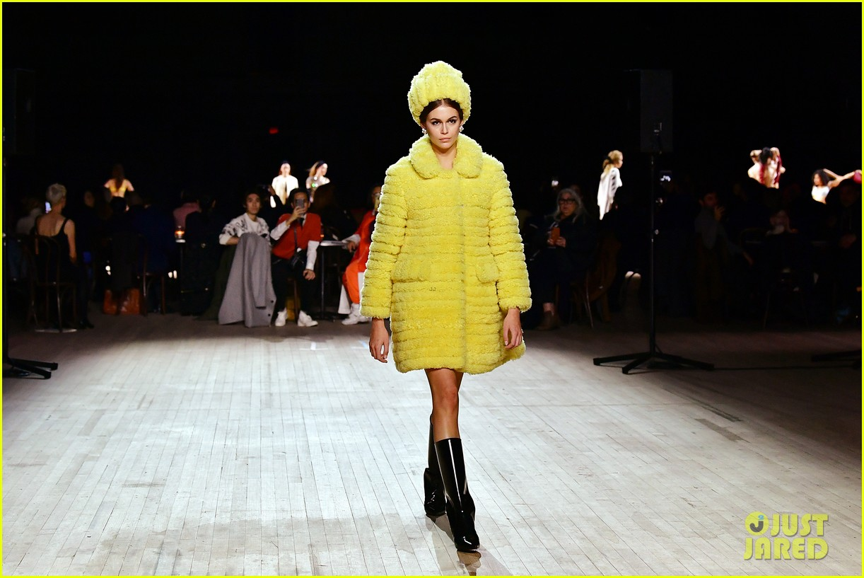 miley cyrus shows off rocking body walking in marc jacobs nyfw 15