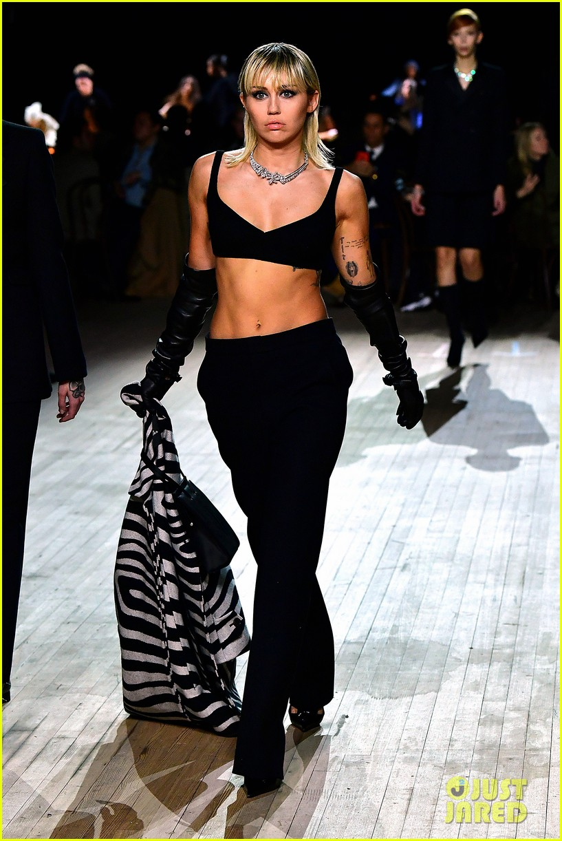 miley cyrus shows off rocking body walking in marc jacobs nyfw 18
