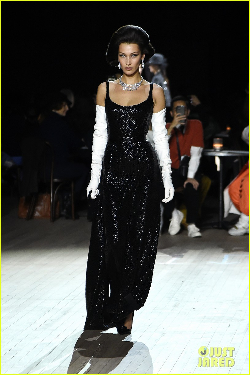 miley cyrus shows off rocking body walking in marc jacobs nyfw 19