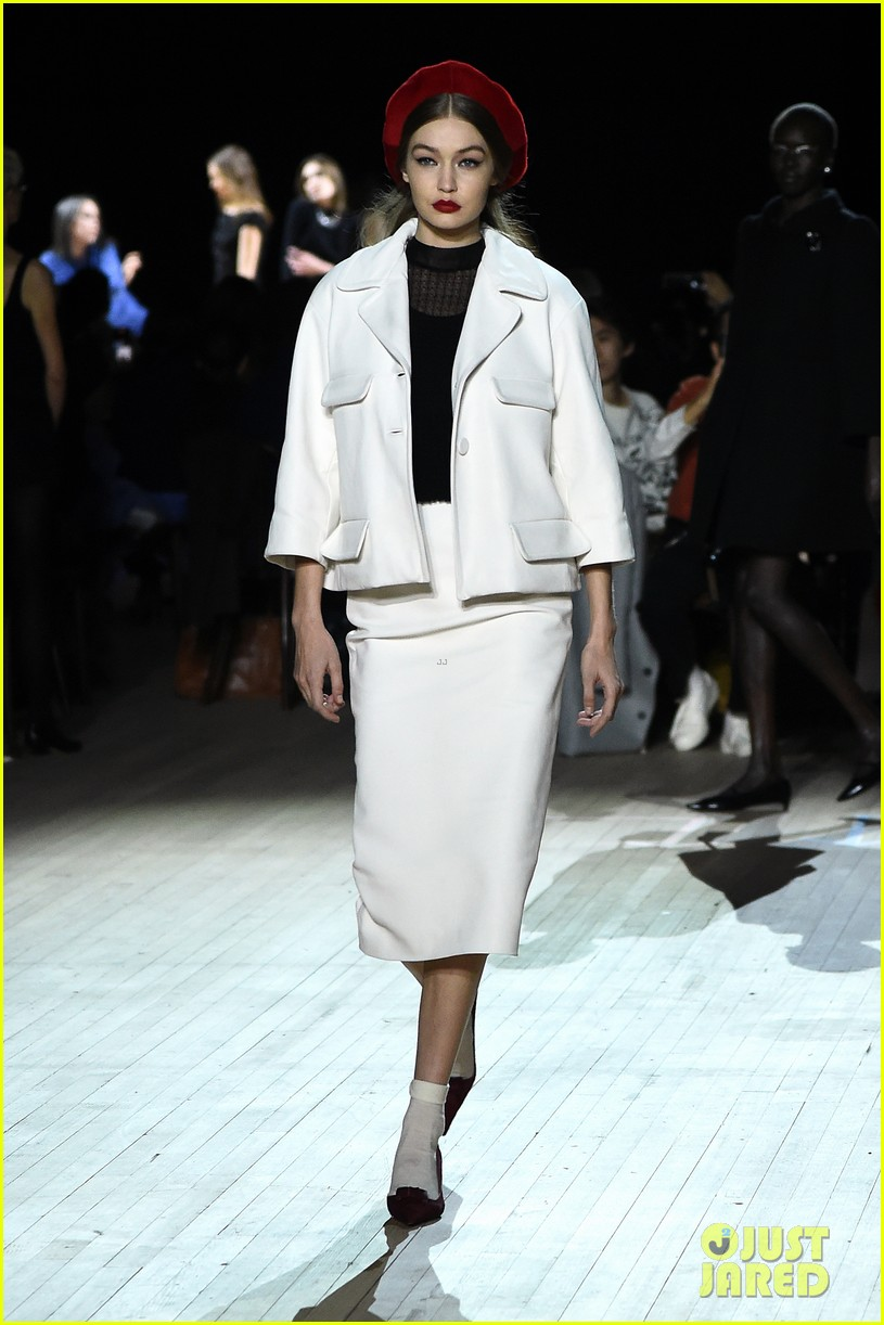 miley cyrus shows off rocking body walking in marc jacobs nyfw 21