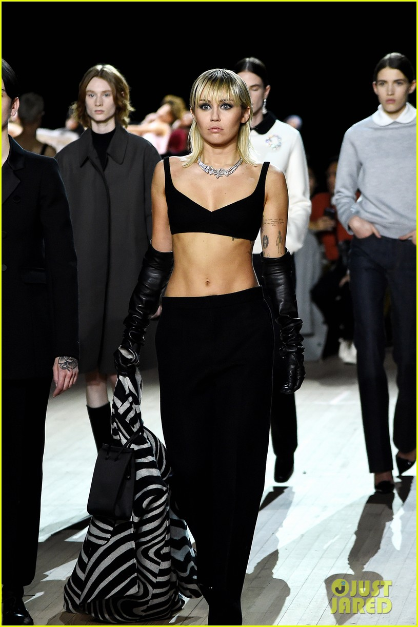 miley cyrus shows off rocking body walking in marc jacobs nyfw 22