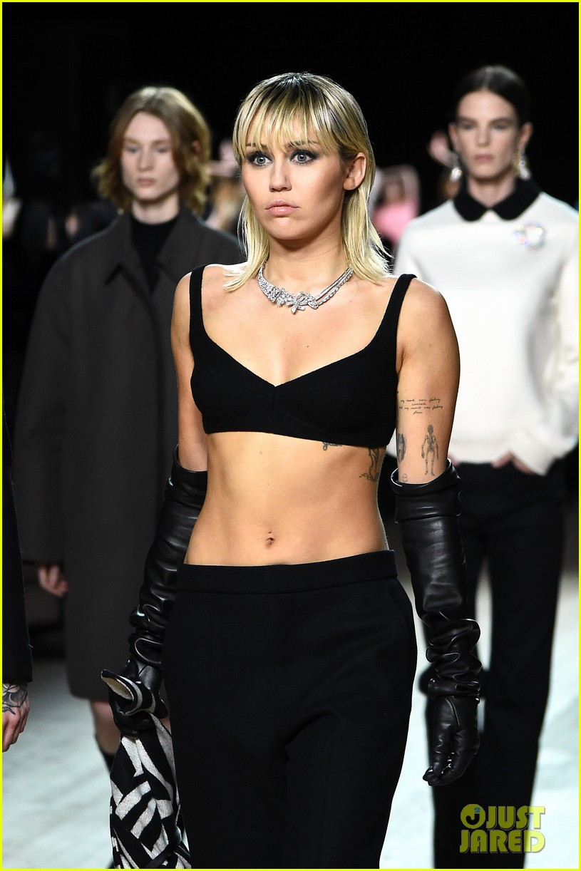 miley cyrus shows off rocking body walking in marc jacobs nyfw 23