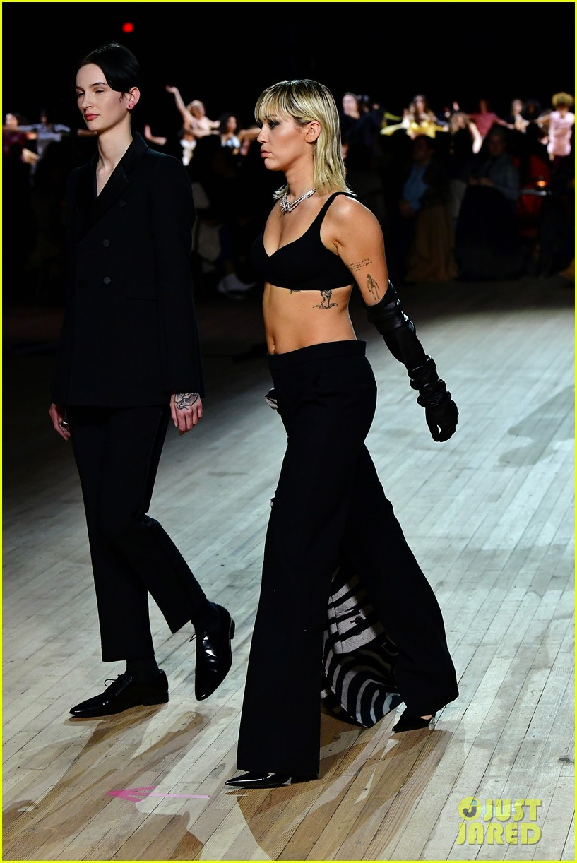 miley cyrus shows off rocking body walking in marc jacobs nyfw 30