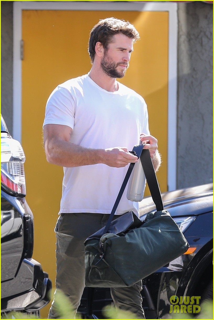 liam hemsworth meets up with girlfriend gabriella brooks after his workout 01