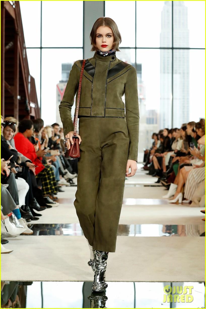 kendall jenner ashley benson lomgchamp fashion show 04