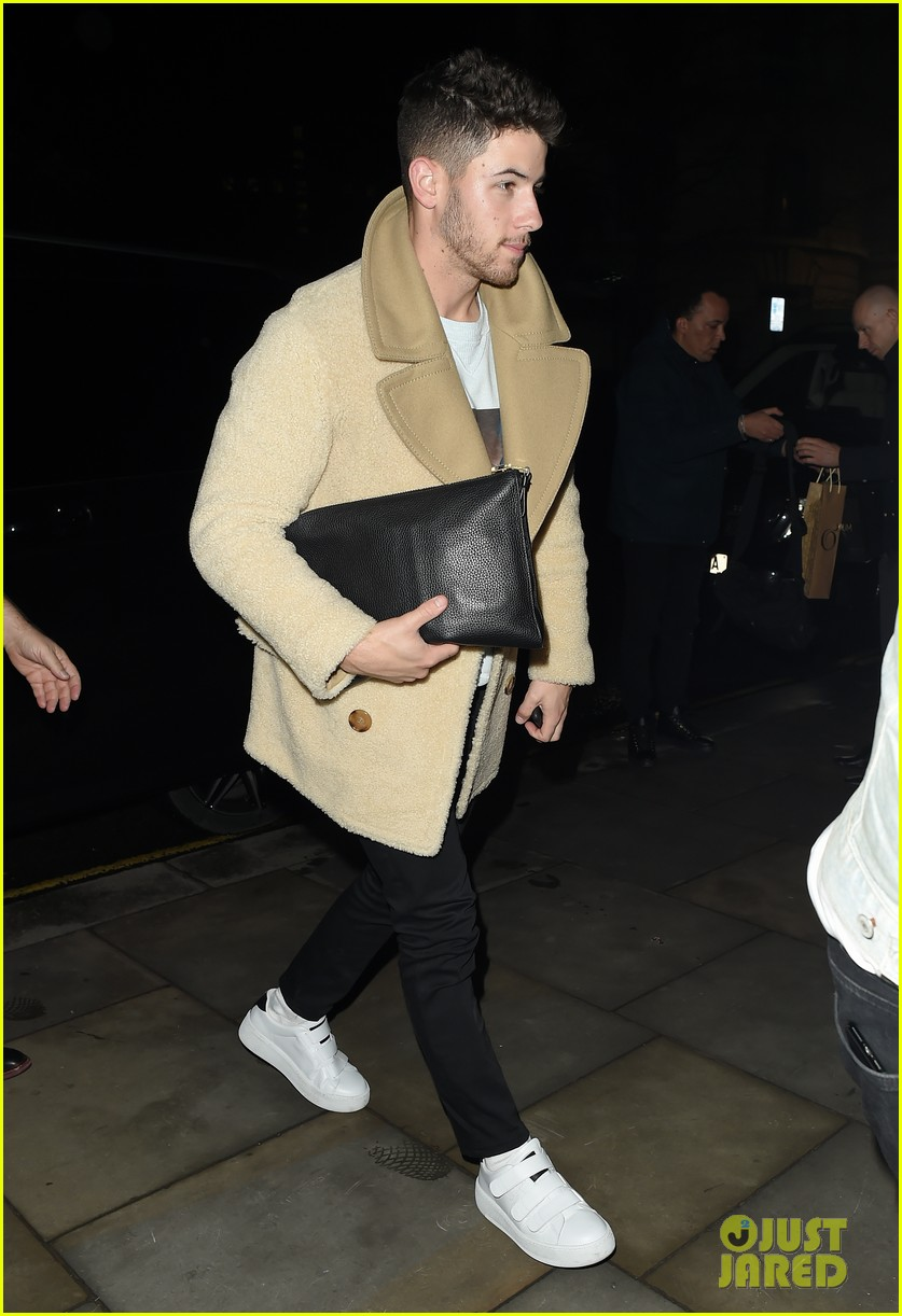jonas brothers arrive back in london after dublin show 01