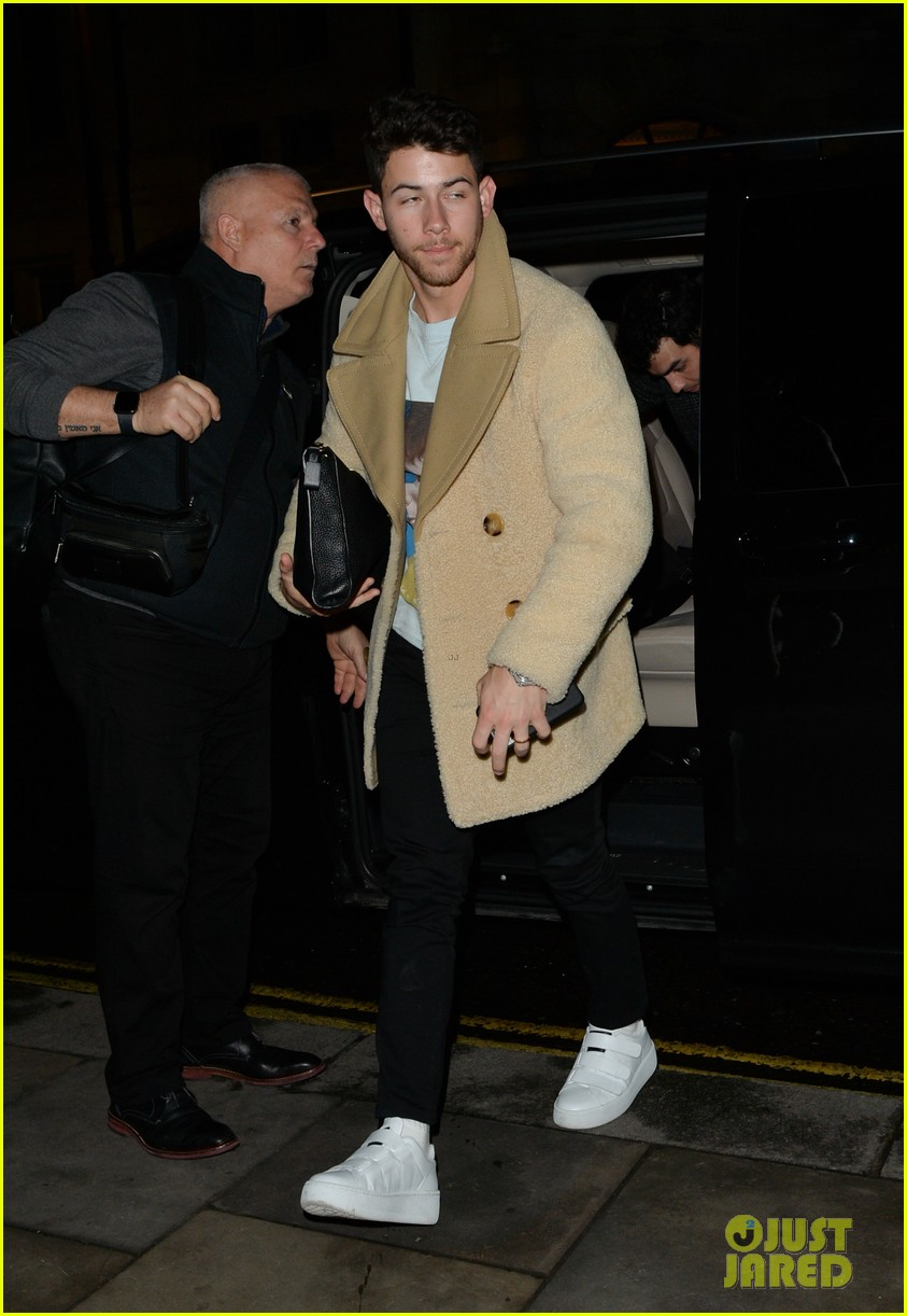jonas brothers arrive back in london after dublin show 08