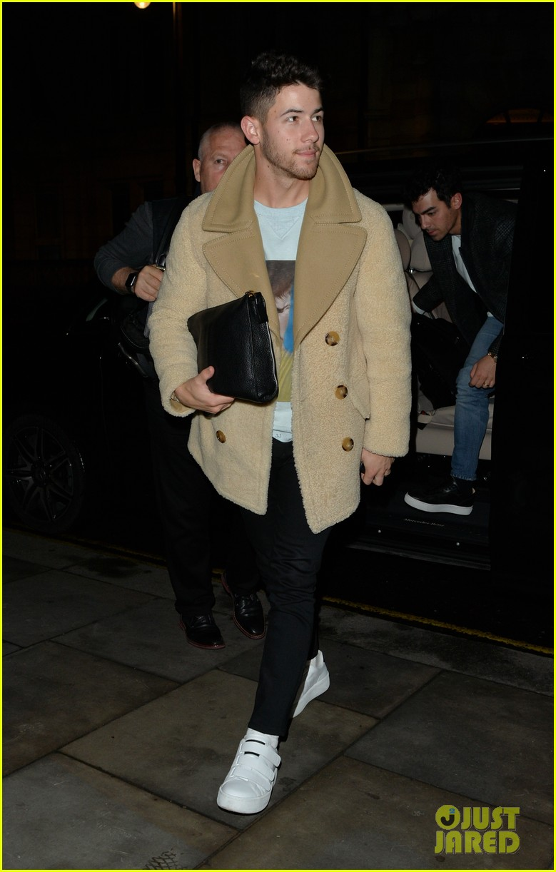 jonas brothers arrive back in london after dublin show 11