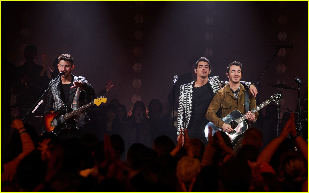 jonas brothers on corden 04