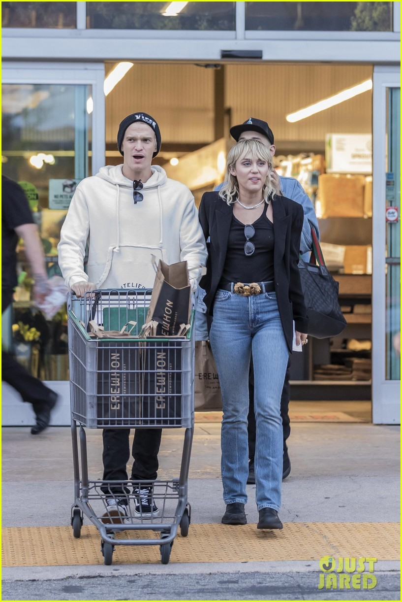 miley cyrus cody simpson go grocery shopping 15