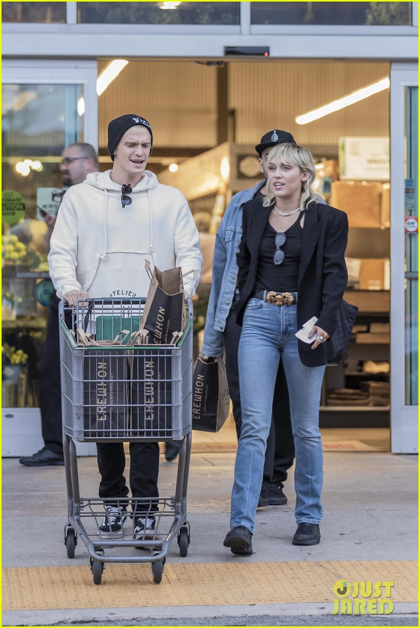 miley cyrus cody simpson go grocery shopping 19