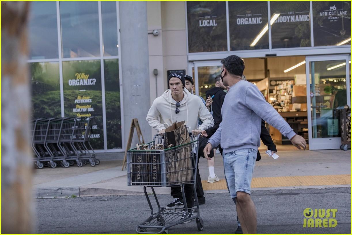 miley cyrus cody simpson go grocery shopping 31