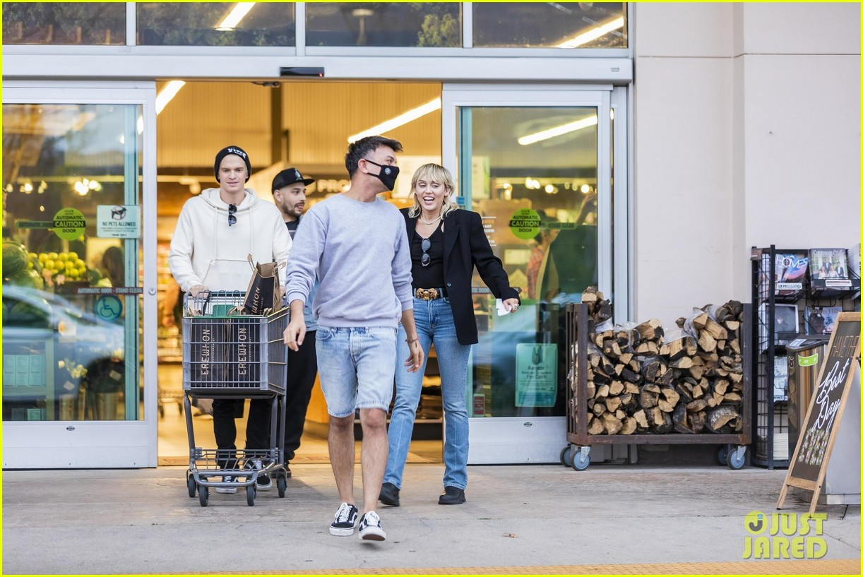 miley cyrus cody simpson go grocery shopping 34