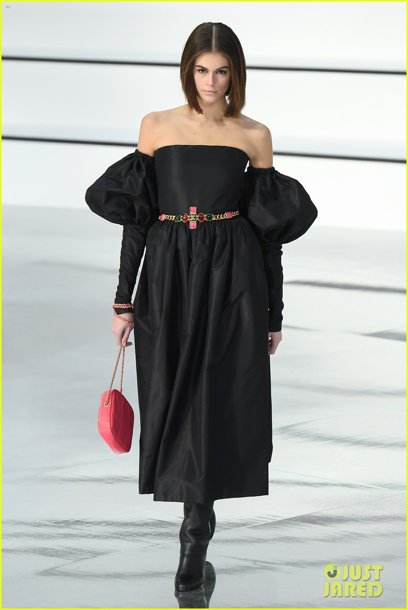 kaia gerber wears strapless dress for chanel fashion show 04