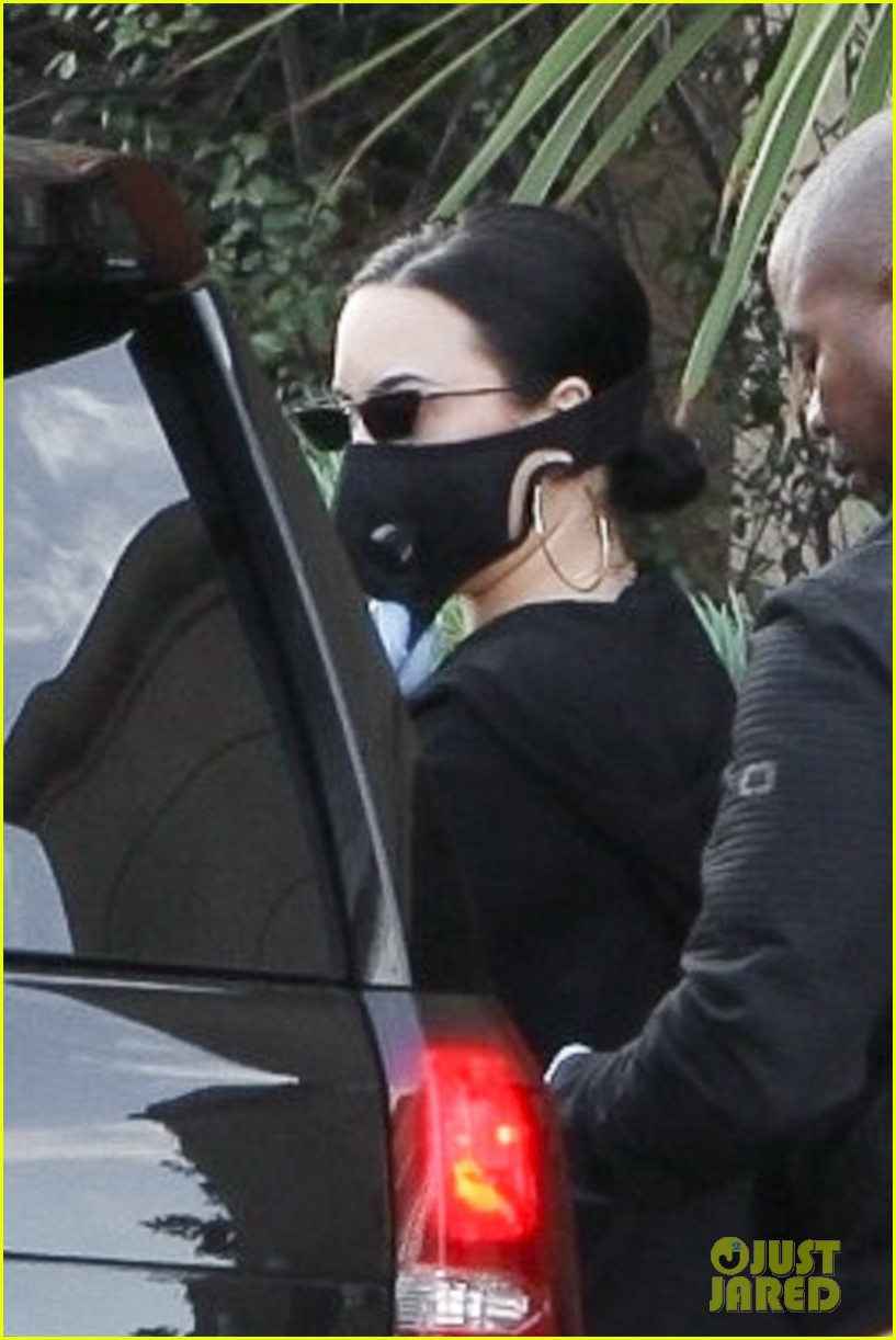 demi lovato mask gloves stocking up on groceries coronavirus fears 02
