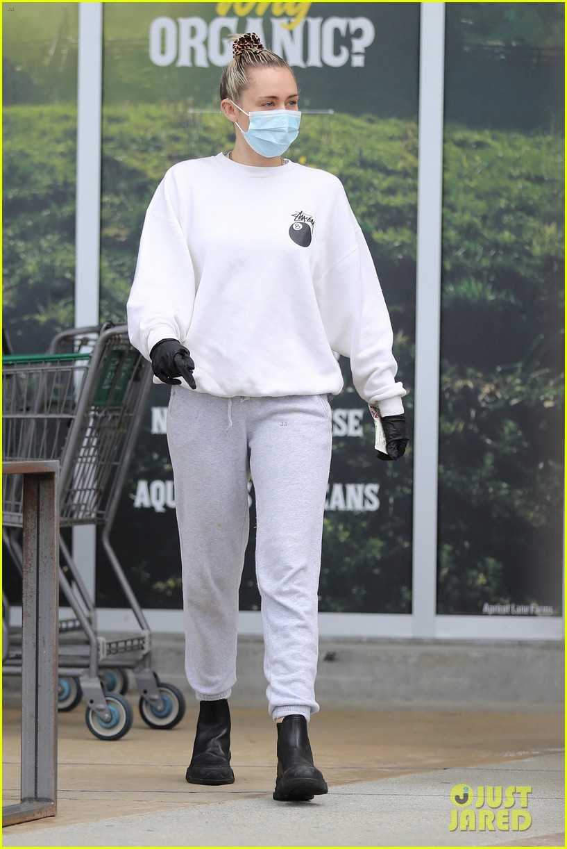 miley cyrus cody simpson stay safe in masks grocery shopping 01