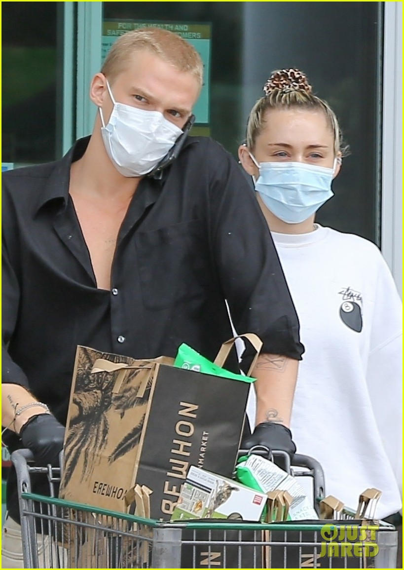 miley cyrus cody simpson stay safe in masks grocery shopping 02