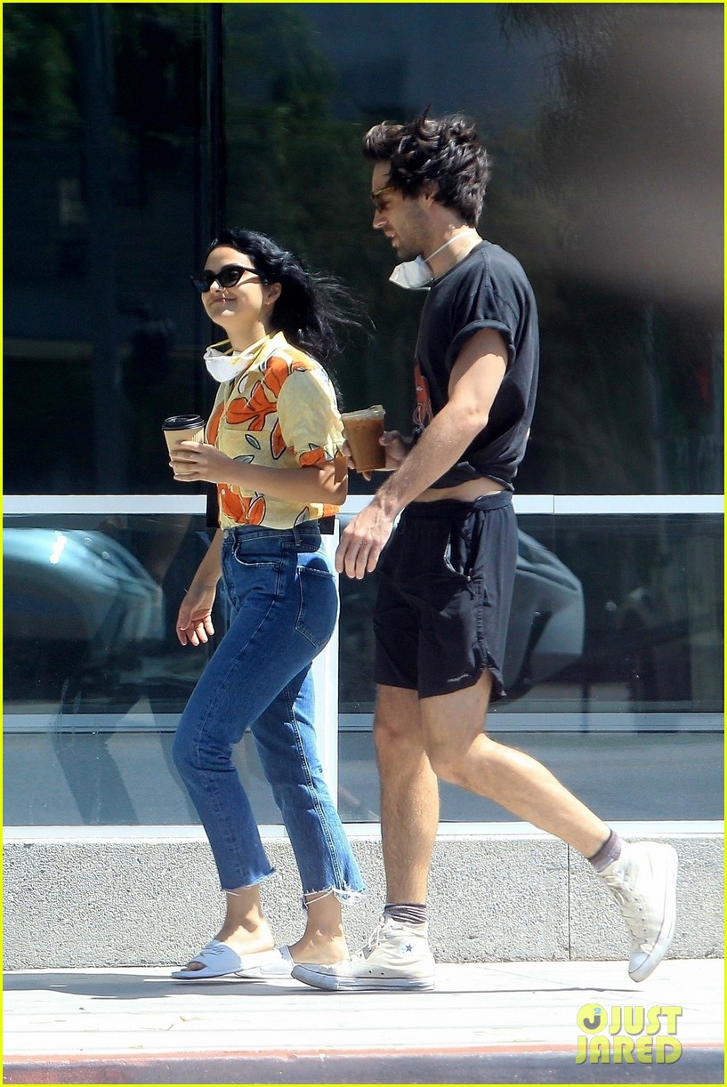 camila mendes picks up coffee to go with grayson vaughan 03