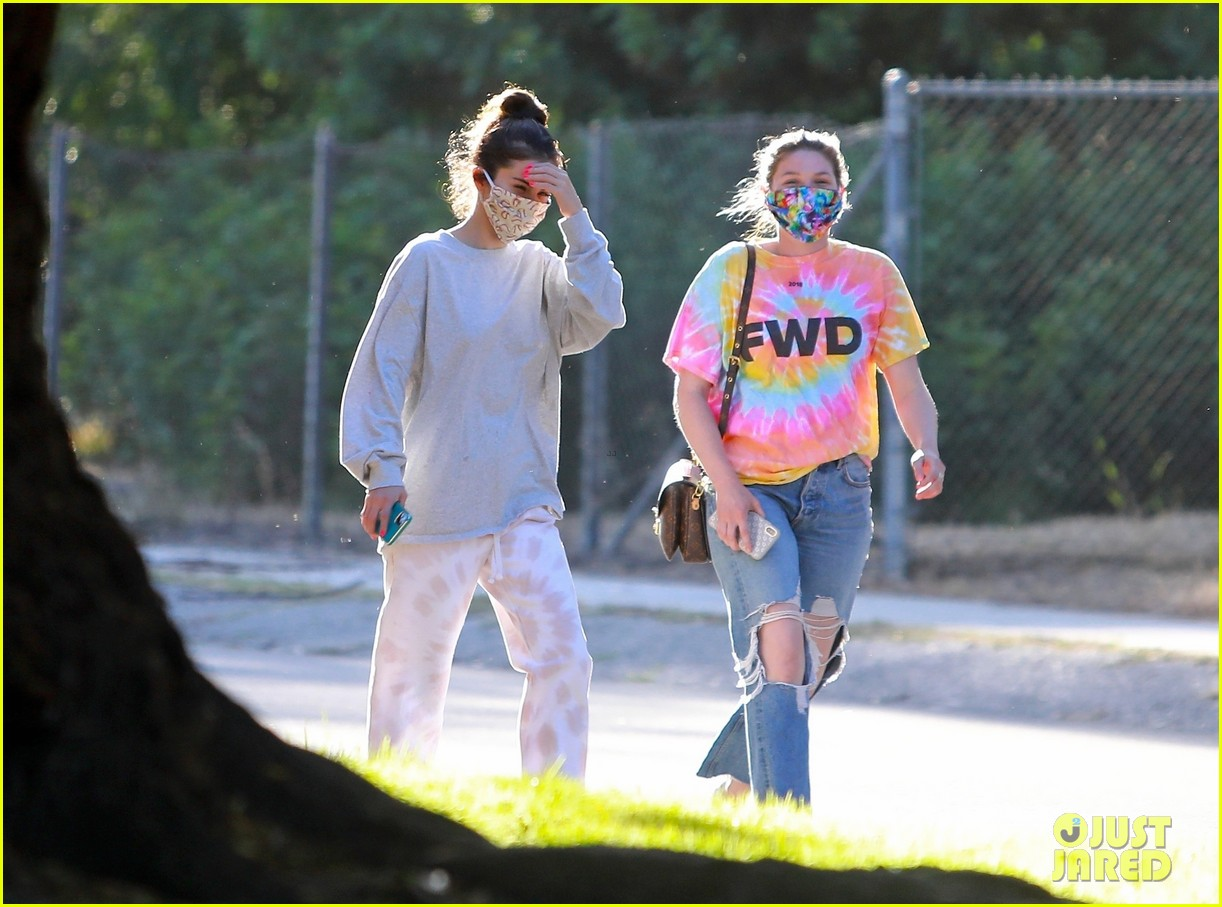 selena gomez walk with a friend 01