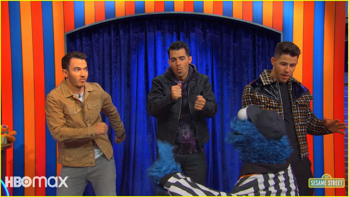 jonas brothers sing about brushing your teeth in not too with elmo preview 05