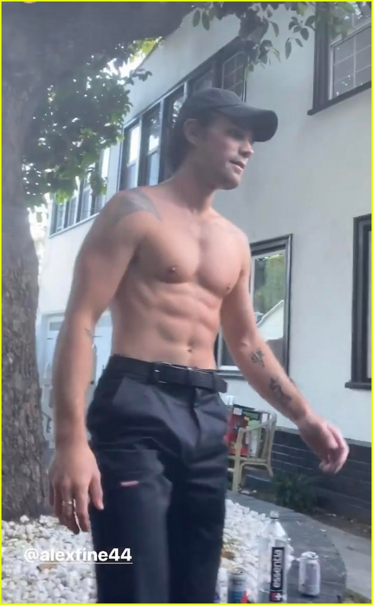kj apa challenges drew ray tanner to handstand push up competition 11