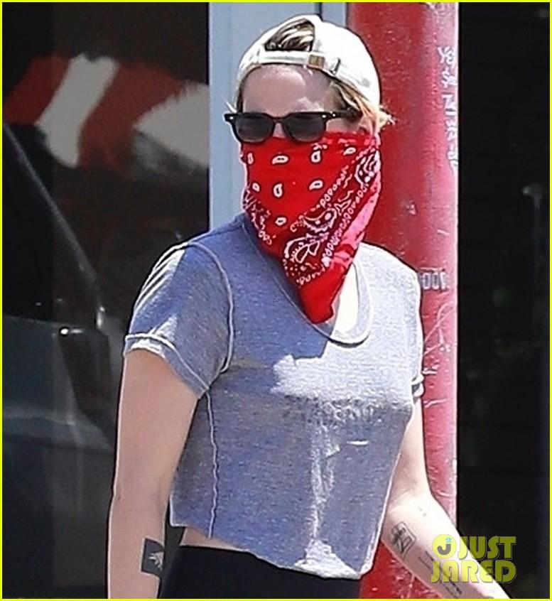 kristen stewart wears red bandana over her face on coffee run 02