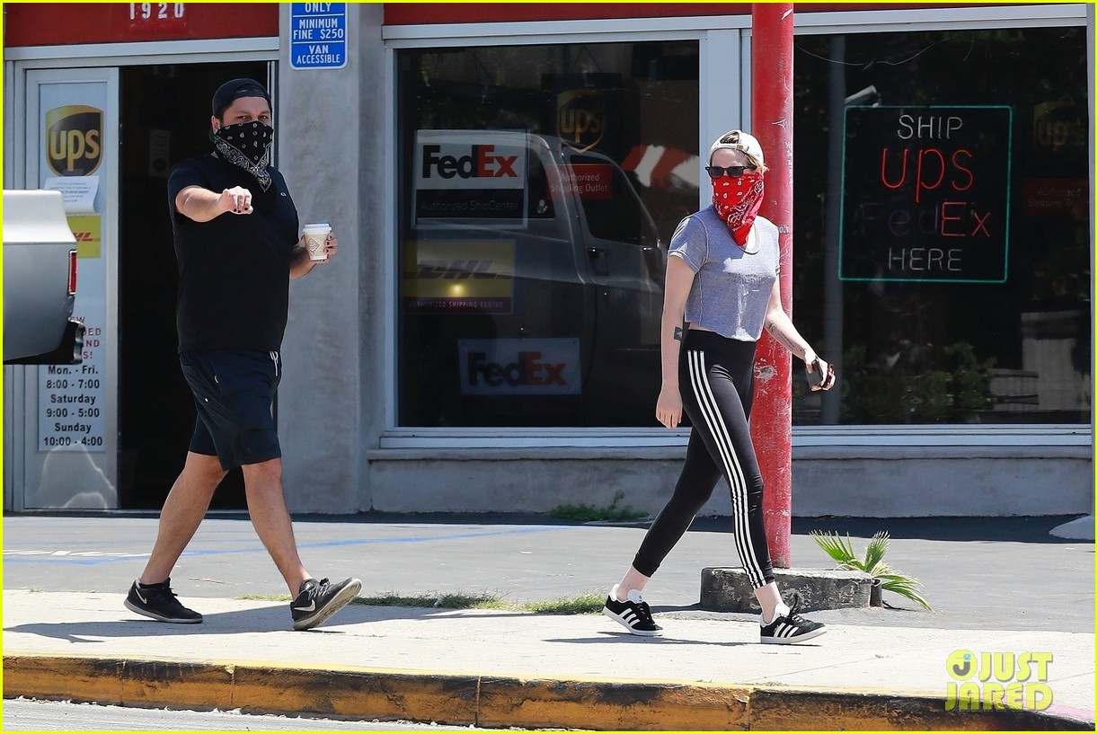 kristen stewart wears red bandana over her face on coffee run 05