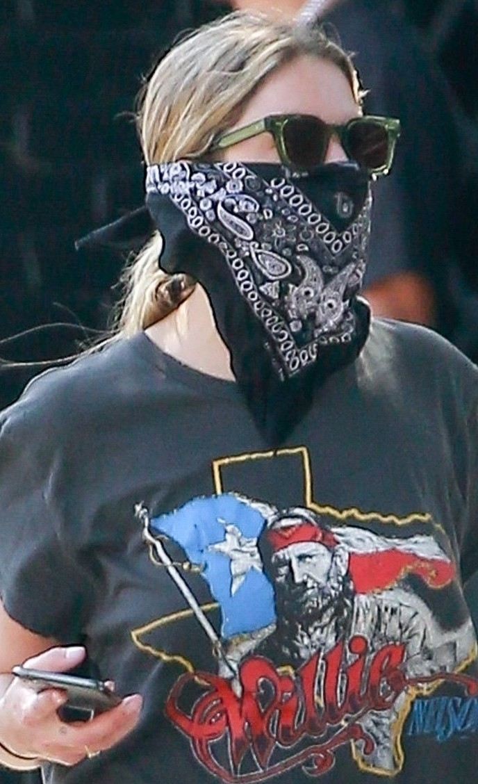 ashley benson bandana mask food go 02