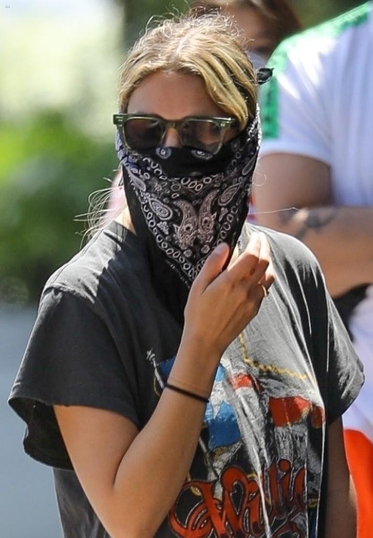 ashley benson bandana mask food go 03