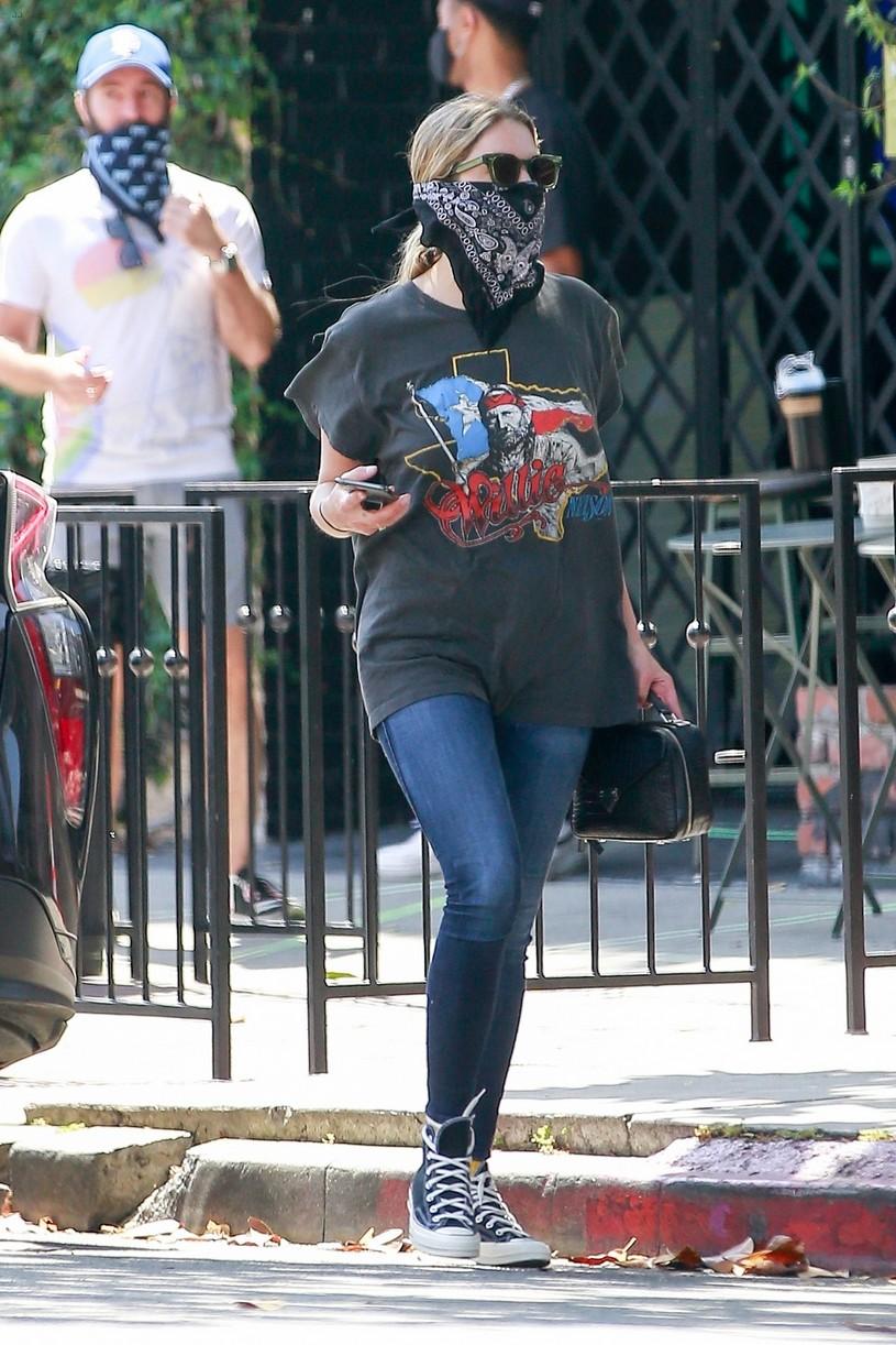ashley benson bandana mask food go 04