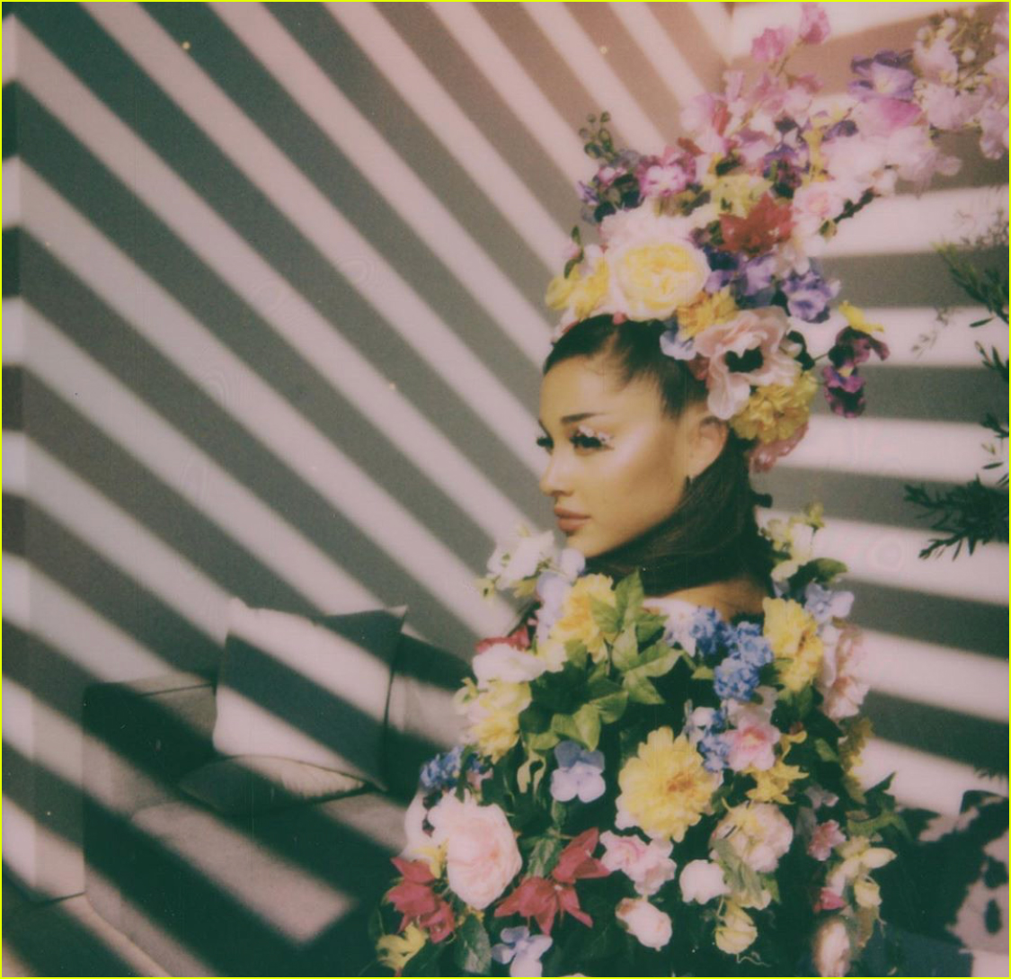 ariana grande gets a kiss from dalton gomez midsommar party 03