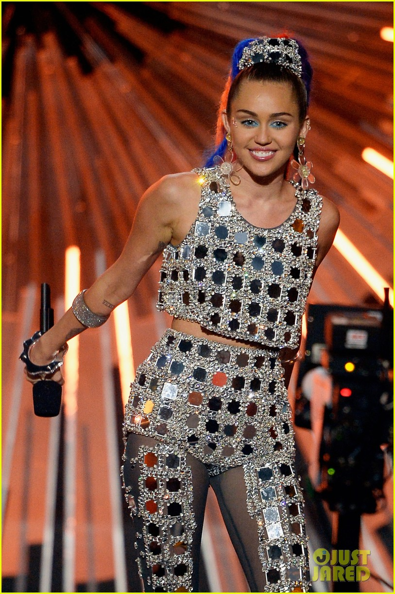 miley cyrus to return to vmas for midnight sky performance 08