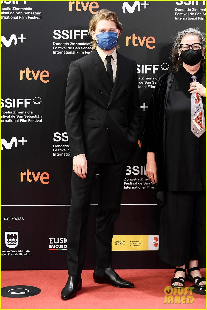 joe alwyn closing ceremony san sebastian film festival 04